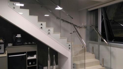 Escada de vidro temperado com conexões e tubos quadrados em aço inox