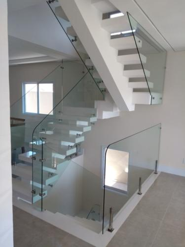 Escada em vidro temperado e acessorios em inox, sistema fixar vidro lateralmente aos degraus